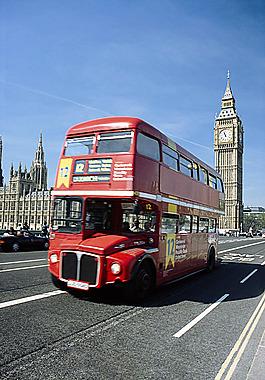正在行駛的雙層巴士