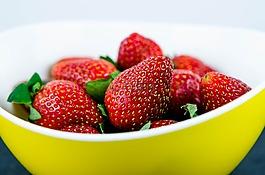 草莓,在黄色碗,红色水果