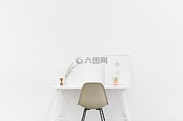 办公桌,白色背景,白色的房间
