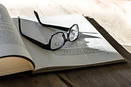 書,眼鏡,字母