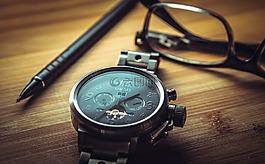 时钟,眼镜,笔
