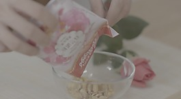 慢镜头倒麦片谷物麦片早餐碗