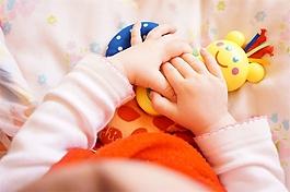 嬰兒爬向爸爸音效素材