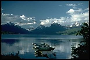 版面画群山湖泊蓝天白云